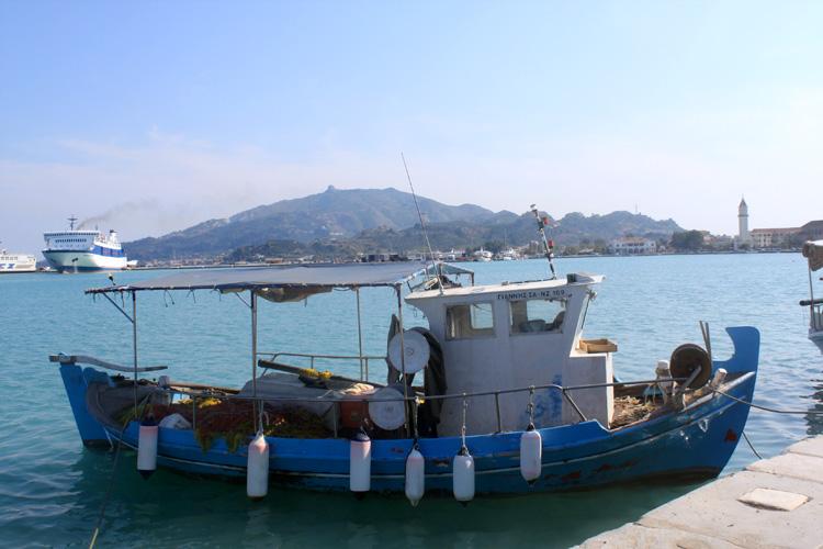 Судно в порту Закинтоса