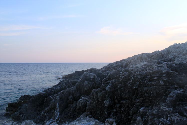 Прибрежные скалы в Порто Рокса