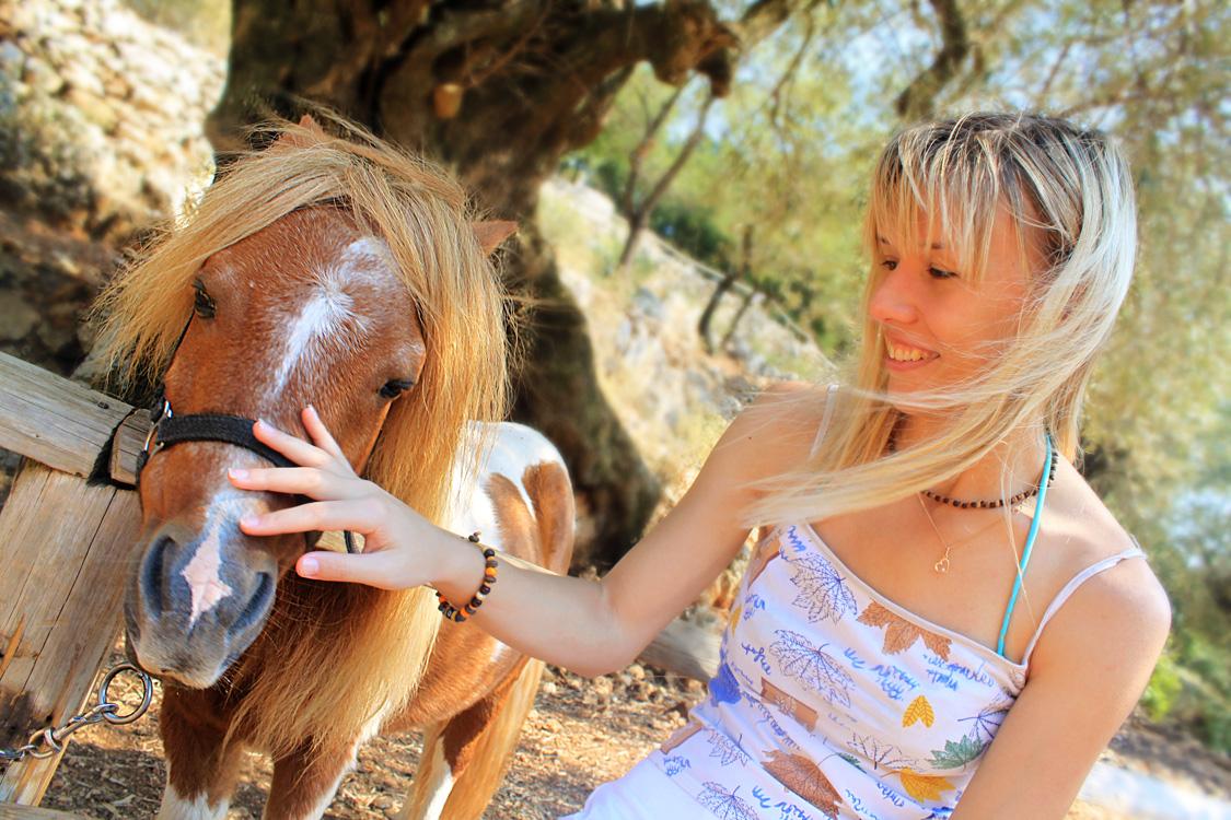 Гладим пони в парке Аскос