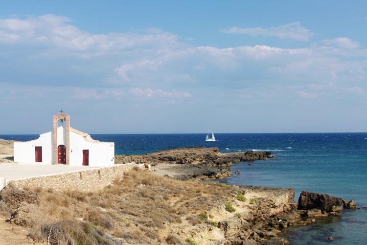 Церковь Святого Николая на мысе на пляже Агиос Николаос Василикос