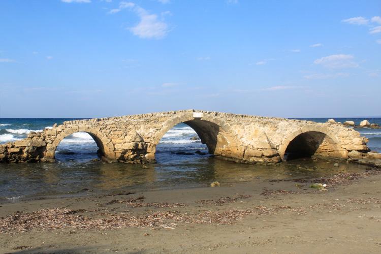 Останки старого сводчатого каменного моста в Аргасси